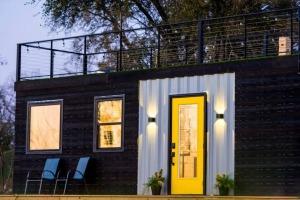 来自德克萨斯州的Astroturf覆盖屋顶甲板集装箱之家